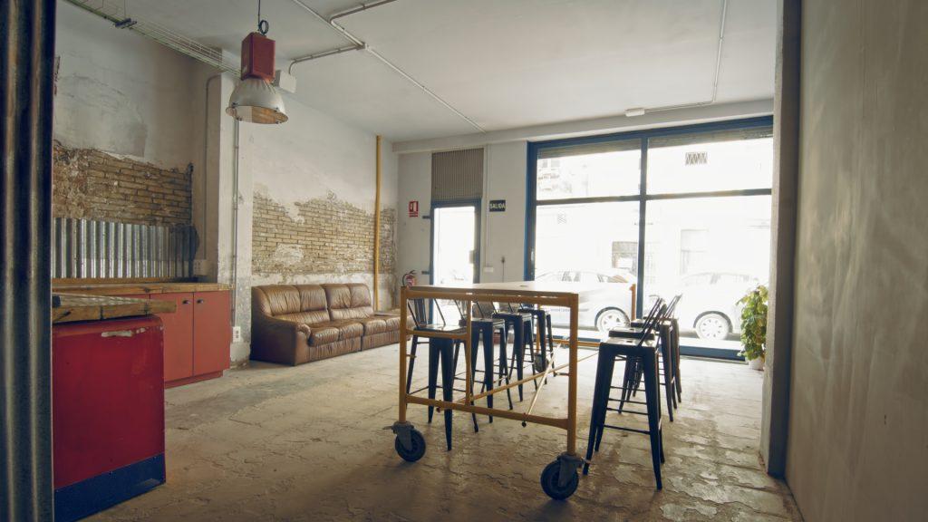 Alquilar un plató en Valencia:: entrada con sala de reuniones.