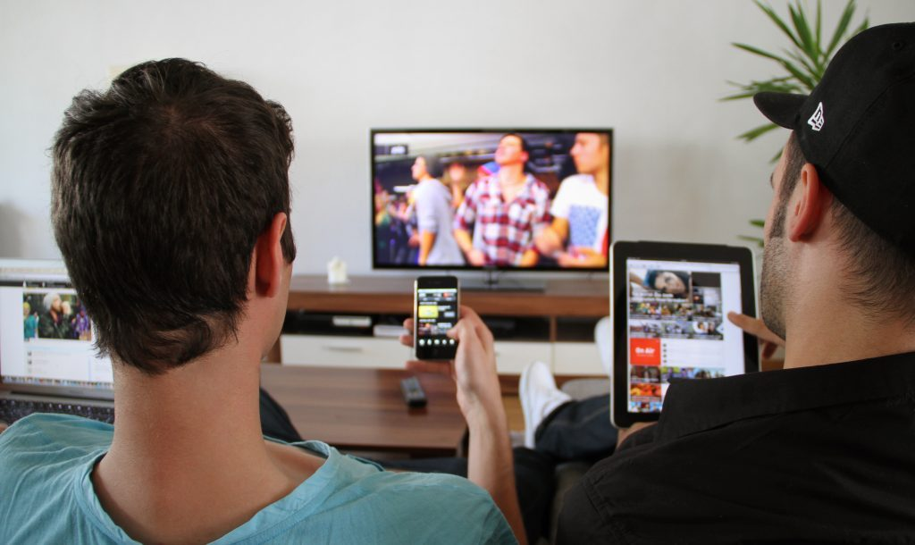 jóvenes multipantalla televisión tablet móvil ordenador espacio nolich